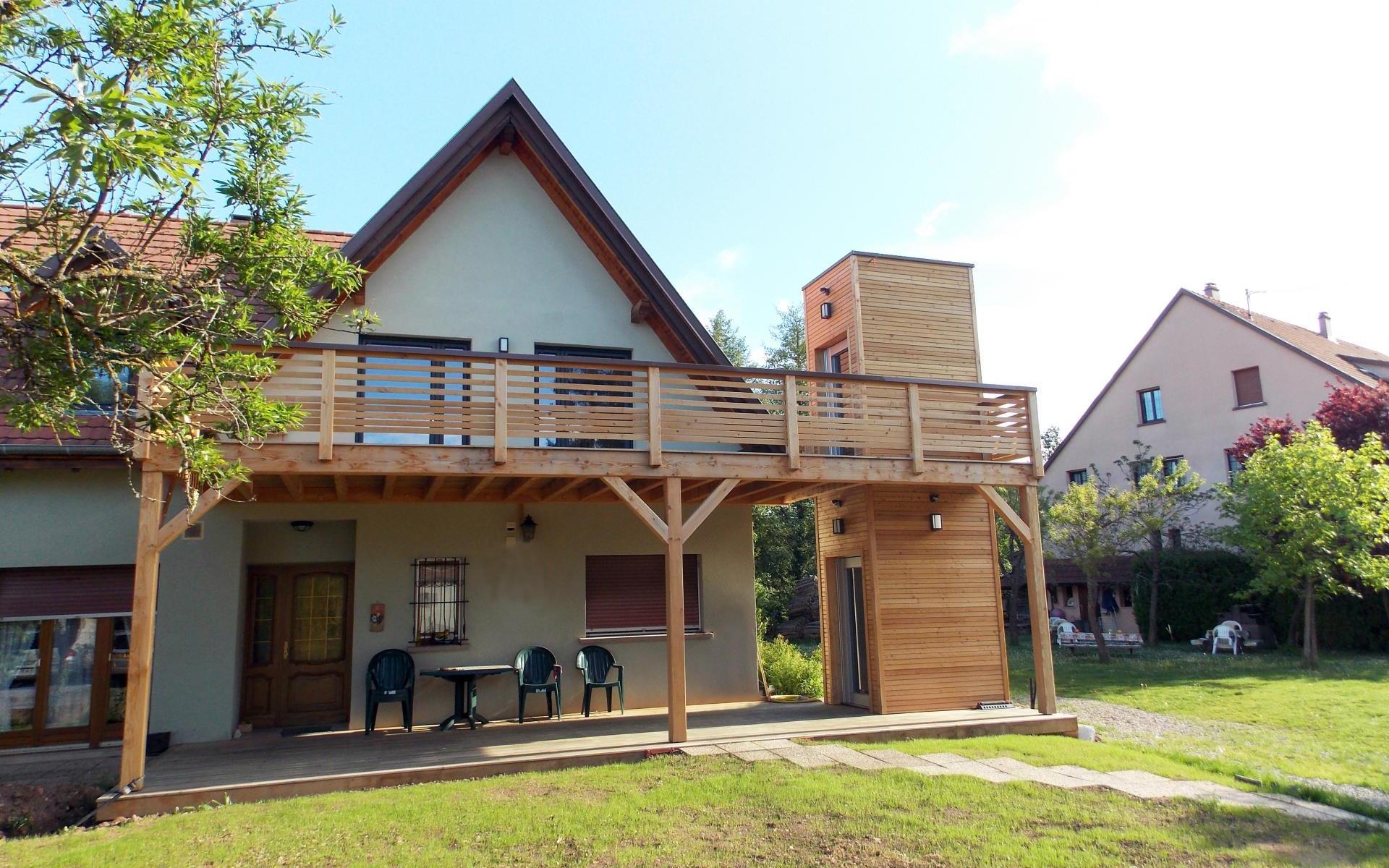 Réalisation d'une terrasse bois surélevée avec un ascenseur extérieur.